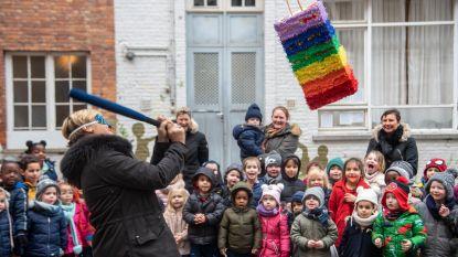 Leerlingen Sint-Jozef zetten directrice Natacha in de bloemen en laten haar piñata met cadeautjes stukslaan
