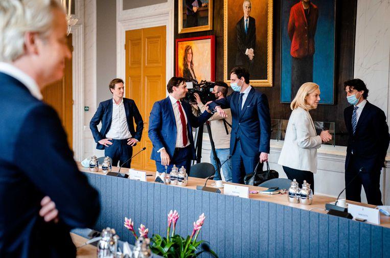 Geert Wilders (PVV), Laurens Dassen (Volt), Thierry Baudet (FvD), Wopke Hoekstra (CDA), Sigrid Kaag (D66) en Jesse Klaver (GroenLinks) de dag na de Tweede Kamerverkiezingen. Beeld ANP Bart Maat