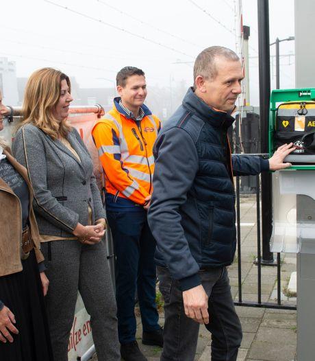 Na plaatsing AED's op alle stations aantal AED's in Nederland naar 23.500, nog 1400 te gaan