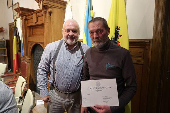 MIDDELKERKE - Luc Cicou wordt als held onthaald door de gemeenteraad en krijgt een label uit handen van burgemeester Jean-Marie Dedecker
