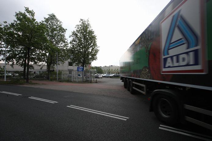Het kantoor en distributiecentrum van Aldi aan De Maas in Best. De supermarktketen besloot deze week de locatie aan het einde van het jaar te sluiten.