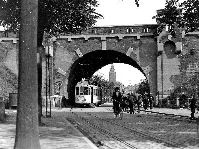 Vroeger reed er een tram in Nijmegen. Hier onder de Hezelpoort door. foto Museum De Stratemakerstoren