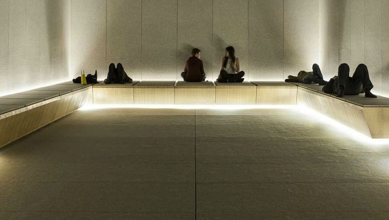 De stiltekamer in Selfridges is minimalistisch ingericht. Er ligt tapijt op de vloer, de wanden zijn leeg, de banken zijn de enige meubels en de verlichting is zacht. Lezen mag, maar praten is verboden. Klanten vinden het een briljant idee. Beeld Andrew Meredith