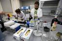 Medewerkers aan het werk in een dopinglab.