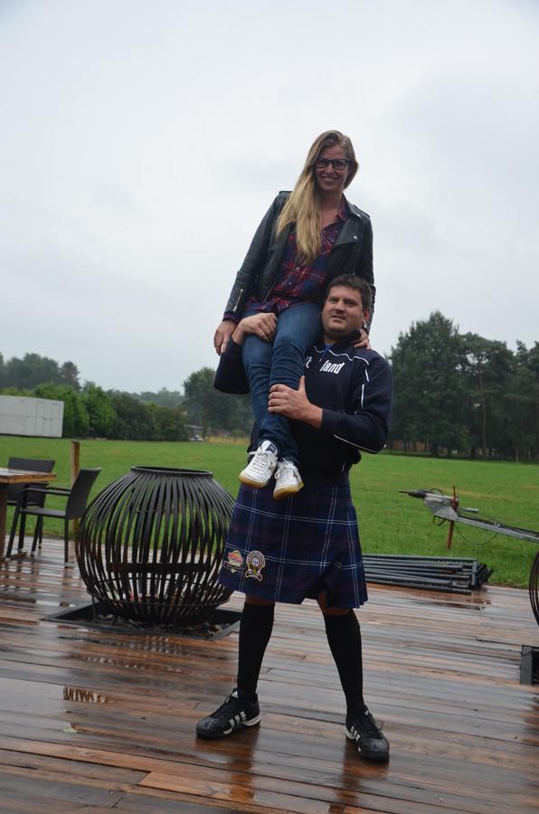 Sterke man Jimmy van de Walle neemt Bardot-uitbaatster Sophie Van Verdegem op de schouder.