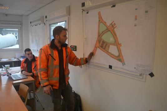 Uitvoerder Frank Kistemaker bij de tekening van het werkgebied.