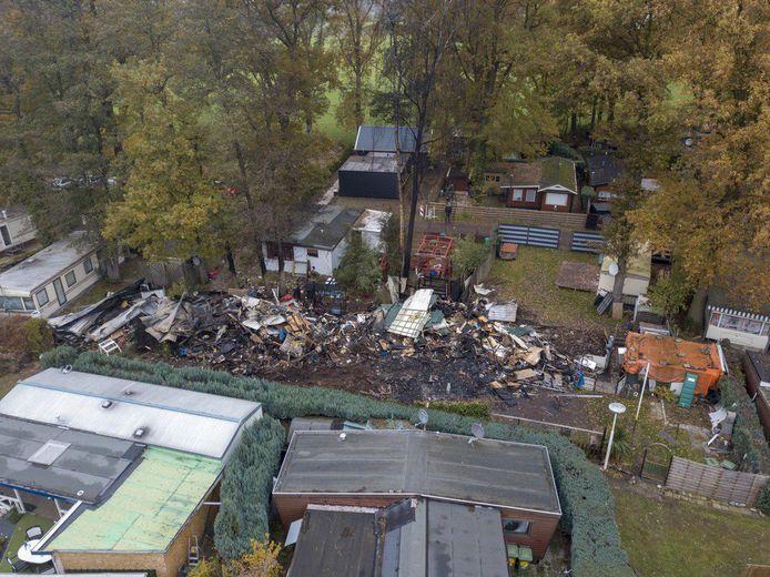 Op de foto is de enorme ravage te zien na de brand op de camping in Sinderen.