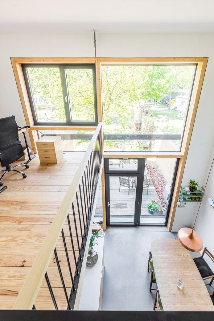 De grote glazen gevel bestaat uit opengaande en vaste elementen. De profielen aan de binnenzijde zijn in hout, terwijl de buitenkant bekleed is met aluminium. Zo heb je het beste van twee werelden: het hout isoleert, het aluminium is onderhoudsvriendelijk.