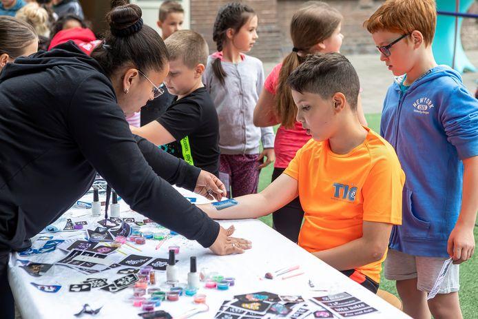 Bij bassisschool De Schittering in Oudenbosch werd het hele schooljaar in 1 dag gevierd. Het laten zetten van een tijdelijke tattoo was erg populair.