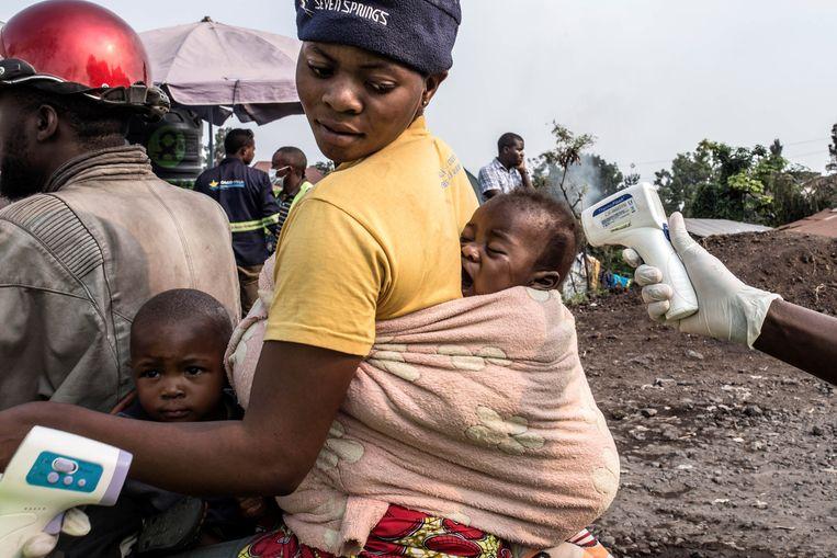 Gezondheidswerkers nemen de temperatuur op aan de grens tussen het Congolese Goma en Rwanda. Koorts geldt als indicator voor ebola.   Beeld EPA