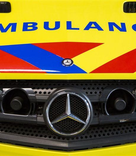 Jong jongetje onder water in zwembad in Oudenbosch, per ambulance naar ziekenhuis