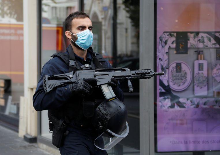 Een beveiliger bij de afgesloten omgeving van de Notre-Damekerk in Nice, waar vanochtend een mesaanval plaatsvond. Beeld Reuters