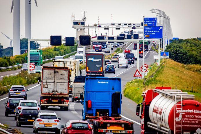 De aankomende verkeersmaatregelen zorgen hoe dan ook voor extra drukte op de de Haringvlietbrug.
