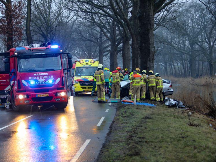 Dodelijk ongeval: auto knalt tegen boom en belandt in kanaal