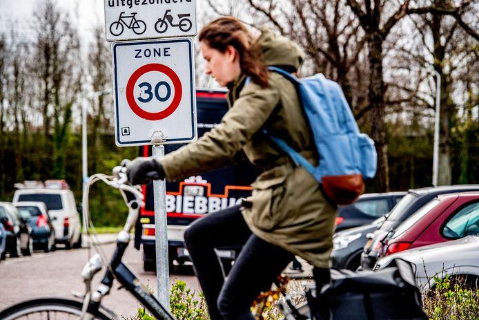 De snelheid in Rotterdamse straten moet zoveel mogelijk omlaag naar 30 kilometer per uur, vindt een raadsmeerderheid.