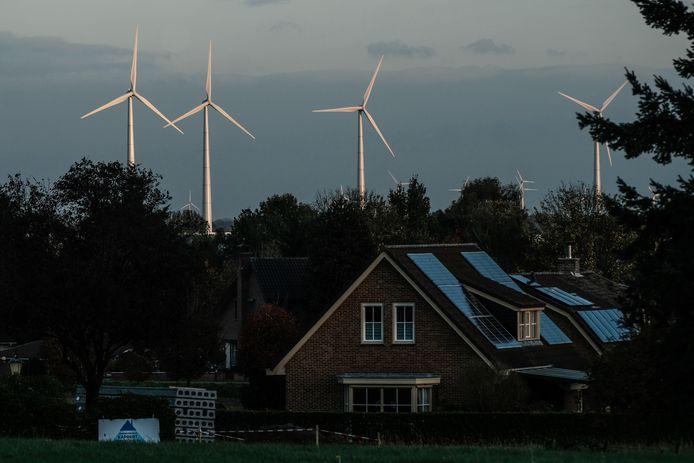 Windmolengeluid kan effect hebben op de gezondheid van direct omwonenden. Archieffoto uit 's-Heerneberg, dat uitkijkt op Duitse windmolens, ter illustratie.