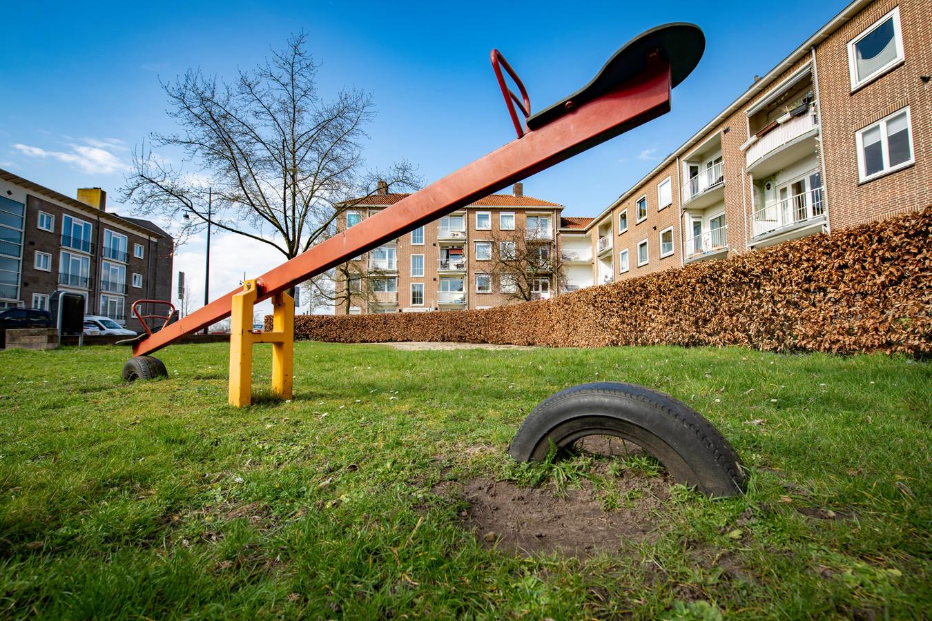 De speeltuin aan de Brugstraat in Zutphen. De grond onder de speeltuin bevat een te hoog loodpercentage, bleek eerder dit jaar uit onderzoek van de provincie Gelderland. Zutphen heeft daarom de bodem van alle speeltuinen in de oude kernen in de gemeente laten onderzoeken.
