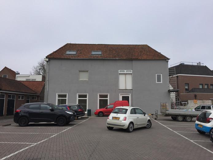 De 'lelijke muur' aan de Hoge Molenstraat in Zierikzee is opgeknapt.