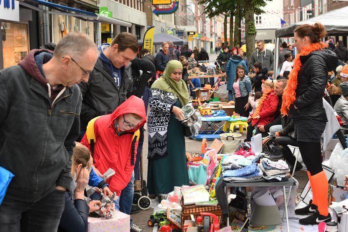 Archieffoto uit 2019: de vrijmarkt op Koningsdag in de Tielse binnenstad.