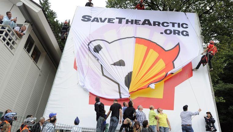 Een protest van Greanpeace tegen Shell bij de F1-grand prix in België in Augustus. Beeld ANP