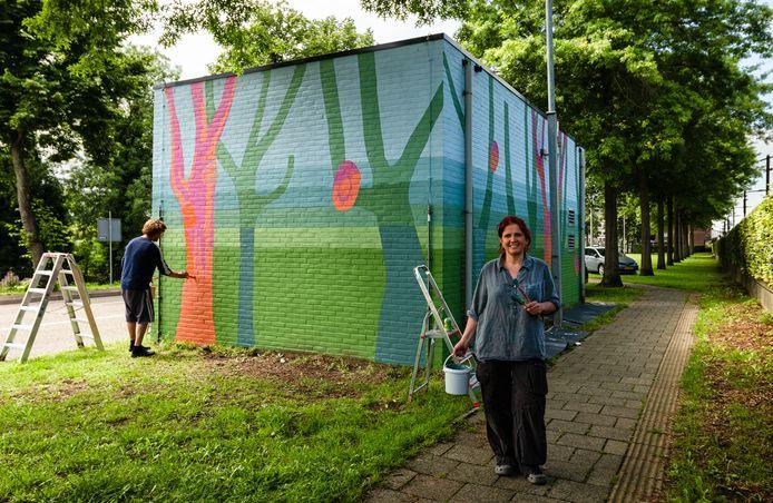 Beeldend kunstenares Astrid Moors en meesterschilder Willem Kerssemeijer transformeren een relaishuisje in Leerdam tot kunstwerk 'Levenslijnen'.