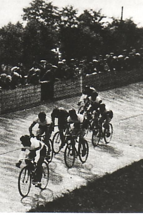 Een Roubaix-finish op de wielerbaan van Oostburg