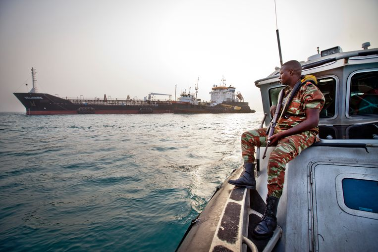 Leden van een anti-piraterij-eenheid houden toezicht in de Baai van Benin. Beeld  Jason Florio / Corbis / Getty