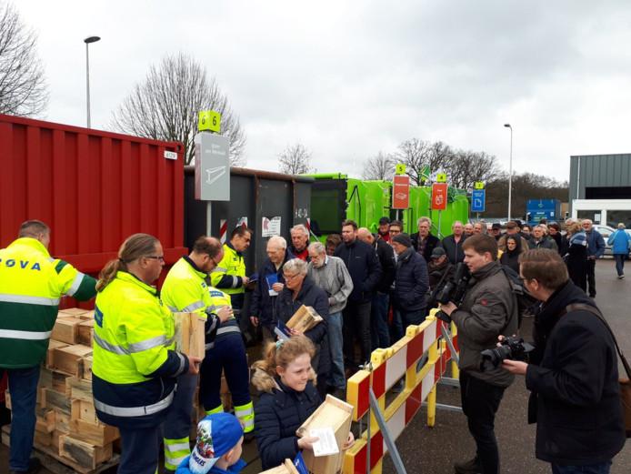 Mensen staan in de rij voor een nestkastje bij het milieubrengstation in Winterswijk.
