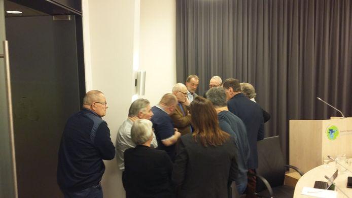 Raad Baarle donderdavond tijdens een schorsing bijeen voor steun aan Grensweg 32.