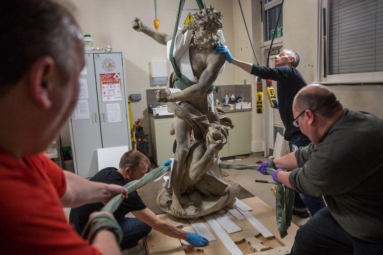 Technologen bereiden de verplaatsing van het standbeeld van Neptune & Triton voor in het Victoria en Albert Museum op 4 November 2015 in Londen, Verenigd Koninkrijk. Beeld Rob Stothard