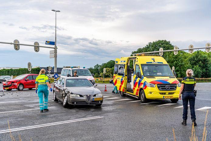Aanrijding tussen twee auto's op de kruising van de burgemeester Letschertweg en de Bredaseweg