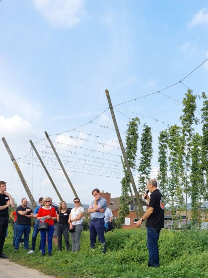 Een bezoek aan het hedendaagse familiehopbedrijf 'Belhop' van Annebel Vandenbroucke en Bart Boeraeve, het vernieuwde hopbedrijf van Paul en Daan Soenen en het eigentijdse biohopbedrijf van Joris Cambie (foto) stond op de planning tijdens 'Toeren langs Hopboeren'.