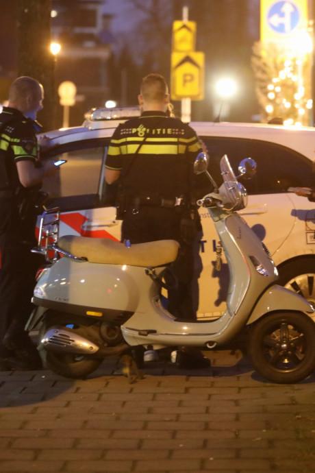 Politieauto in botsing met vrouw op scooter in Baarn