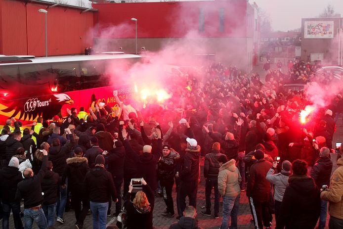 Een warm onthaal voor de spelersbus van Go Ahead Eagles bij terugkomst in Deventer, zoals hier in 2015 zit er morgen niet in.