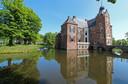 Kasteel De Cannenburch dat ook te danken is aan Maarten van Rossem.