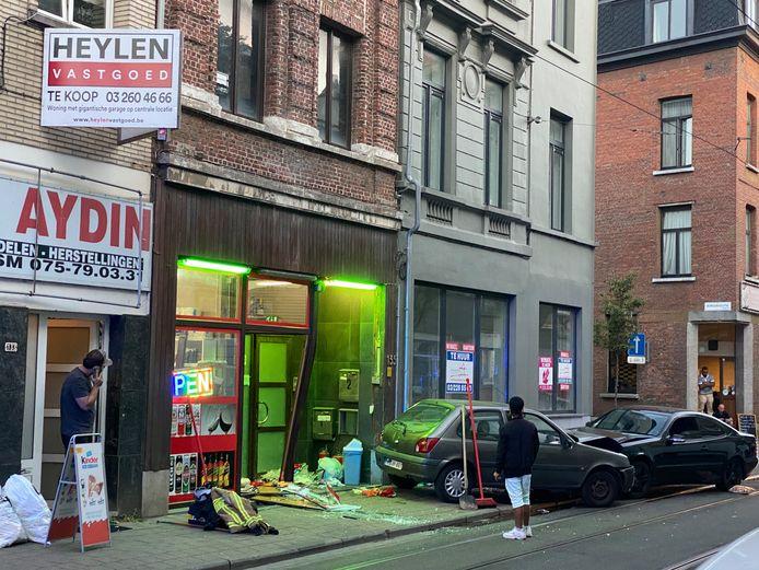 De aangereden auto werd tegen de glazen toegang van een nachtwinkel geduwd.