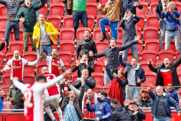 Davy Klaassen scoort de 2-0 en viert dat met de aanwezige Ajax-fans. Beeld Pro Shots / Stanley Gontha