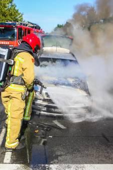 Rijdende auto vat vlam in Helmond, schade aan voertuig is groot