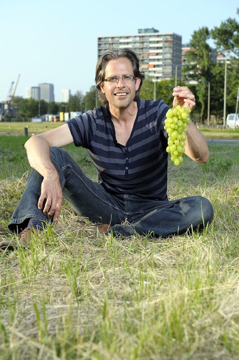 Tycho Vermeulen heeft twee jaar kunnen oefenen met zijn wijngaard in Den Haag. Nu is Amsterdam aan de beurt. Beeld Mladen Pikuli¿