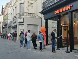 Dunkin' Donuts opent met lange wachtrijen