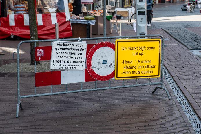 Afgelopen week werden bezoekers van de Nijmeegse markt al nadrukkelijk gewezen op de geldende coronamaatregelen. Die worden morgen verder aangescherpt.