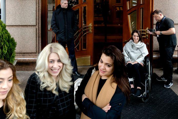 De zieke moeder van de zussen Vol bracht in Kiev een verrassingsbezoek aan haar dochters om ze persoonlijk aan te moedigen voor de finale van het Eurovisie Songfestival.