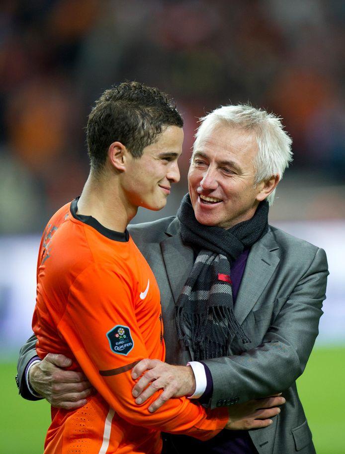 Bert van Marwijk feliciteert grote man Ibrahim Afellay na het thuisduel met Zweden.