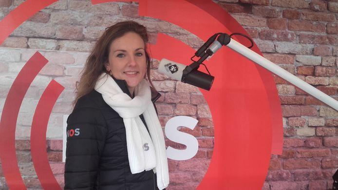 Kirsten Klomp in de nieuwsstudio van de NOS op het Marktplein in Apeldoorn.