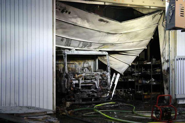 De truck brandde volledig uit en de vlammen sloegen een gat in het dak.