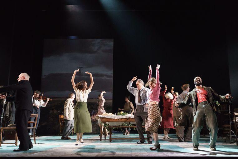 De acteurs in actie, in 'Girl from the North Country'. Ze zetten stuk voor stuk een topprestatie neer.  Beeld rv Manuel Harlan