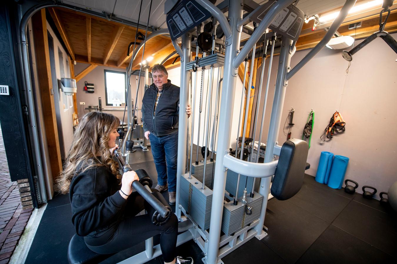 Dick Schulenburg kocht voor een fortuin aan fitnessapparatuur bij Fitness Occasions in Rijssen. Hij is niet de enige. Nu sportscholen dicht zitten, investeren steeds meer mensen in faciliteiten om thuis te kunnen sporten. Ook zijn dochter Lotte maakt gebruik van de fitnessruimte in huize Schulenburg.