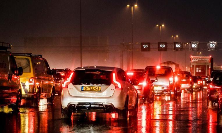 Automobilisten moeten extra voorzichtig zijn. Vanwege de storm heeft het KNMI code geel uitgeroepen. Beeld anp