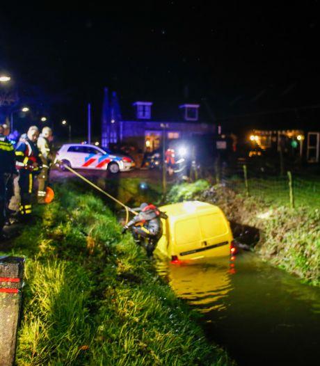 Busje crasht in Dordtse sloot, bestuurder spoorloos