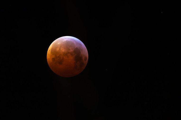 De maan rond 7 uur in Amsterdam. Beeld Karen de Vries